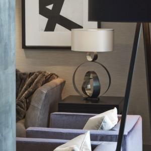 Nietypowa lampka - ozdoba stolika w salonie. Fot. Richard Waite.