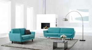 Sofa w inspirującej turkusowej barwie nietuzinkowo zaprezentuje się w pokoju dziennym w nowoczesnym stylu.