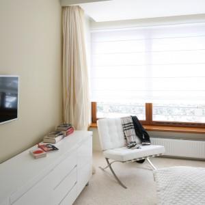 Białe meble, stonowana kolorystyka zasłon, wykładziny tworzą wspólnie przytulne wnętrze. Proj. Katarzyna Mikulska – Sękalska. Fot.Bartosz Jarosz