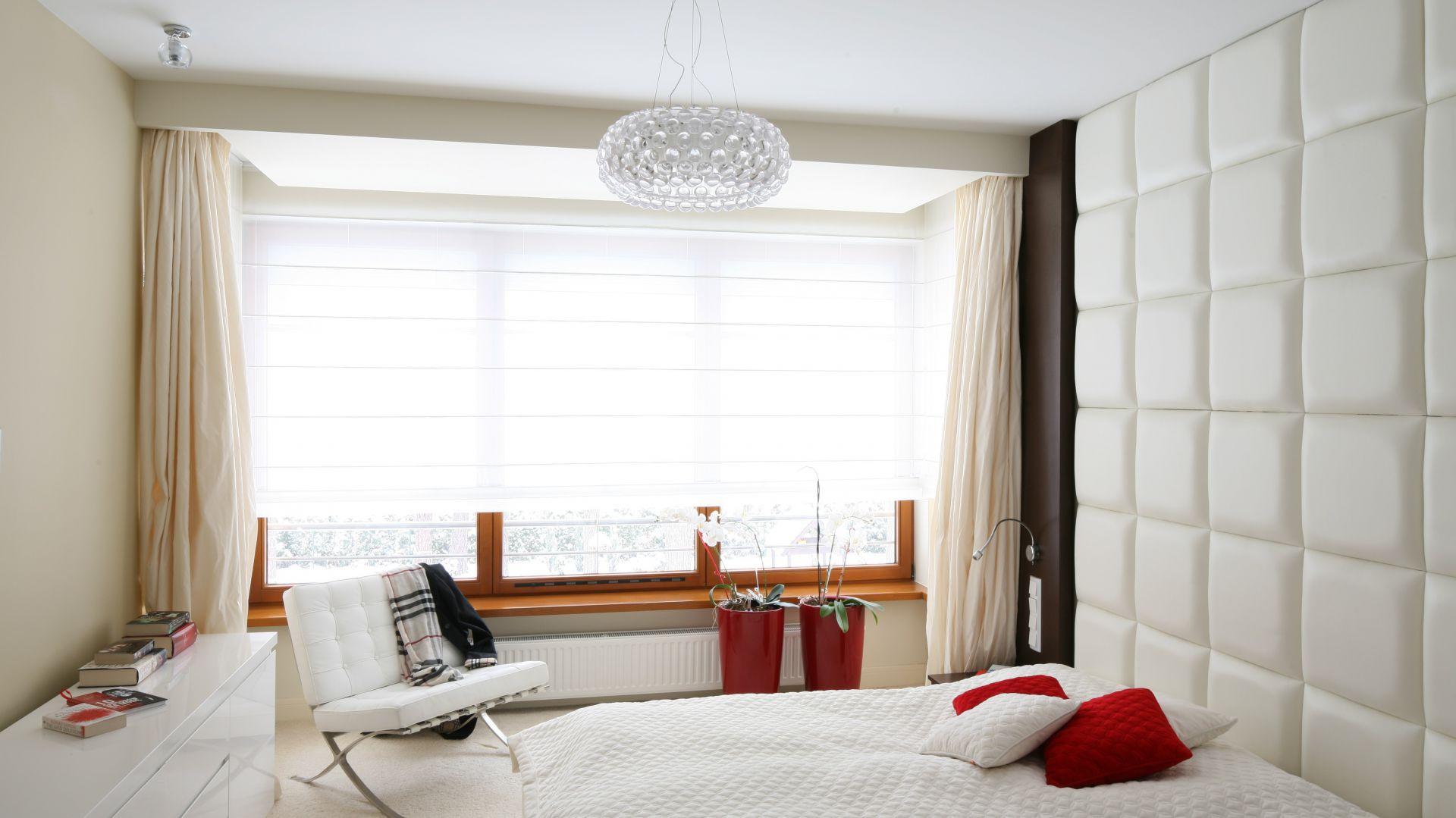 Tapicerowana ściana stanowi funkcjonalne rozwiązanie. Z jasnym łóżkiem tworzy spójną całość. Proj. Katarzyna Mikulska – Sękalska. Fot.Bartosz Jarosz