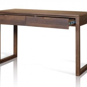 Brązowe biurko z litego drewna dębowego to mebel wpisujący się w umiarkowanie nowoczesną aranżację  biura. Projekt: Wayne Maxwell Design. Sprzedaż: Dller. Cena: 2.040 zł
