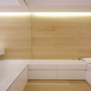 Między sypialnią a łazienką wstawiono szklaną ścianę działową. Fot. Jacopo Mascheroni.