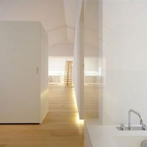 Łazienka jest otwarta, wydzielona tylko przez zabudowę szaf. Fot. Jacopo Mascheroni.