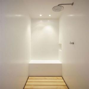 Kabina prysznicowa z baterią podtynkową i głowicą typu deszczownica. Fot. Jacopo Mascheroni.