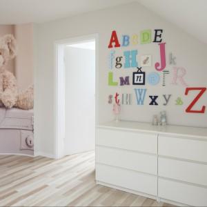 Biała, sześcioszufladowa komoda jest wystarczająca na potrzeby garderoby kilkuletniej dziewczynki.  Fot. Bartosz Jarosz.