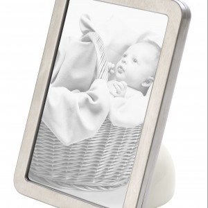 Stalowa ramka z porcelanową podstawką, z kolekcji Fusion Goods, może być używana zarówno pionowo, jak i poziomo. Marka: Villeroy & Boch. Sprzedaż: Fide.pl, cena: 199 zł.
