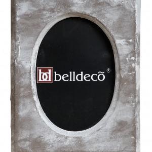 Brązowo-szara ramka Belldeco o kwadratowym kształcie z owalnym otworem na zdjęcie. Wykonana jest z masy cementowej i ma matową, niejednolitą kolorystycznie powierzchnię. Sprzedaż: Lawendowy Kredens, cena: 52 zł.