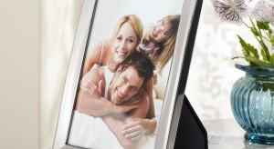 Ramka za zdjęciem ukochanej osoby, ustawiona na biurku, jest dość częstym widokiem. Ten osobisty element wystroju gabinetu sprawia, że nabiera on milszego charakteru, a nam pracuje się lepiej.