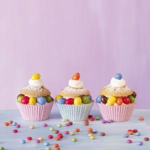 Papilotki do muffinów Rose do pieczenia w metalowej formie bez tłuszczu oraz cukier ozdobny Blackberry, który ma soczyste kolory i jest doby w smaku. 19,50 zł/48 szt. (papilotki), 28 zł/opk. 85 g (cukier), Birkmann/PrzyjemneGotowanie.pl.