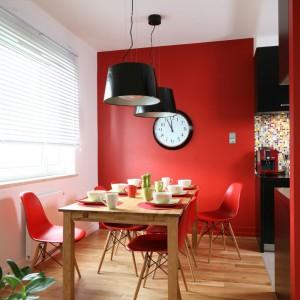 Proj. wnętrza Dorota Szafrańska. Na czerwonym tle świetnie wyglądają czarne dodatki.
