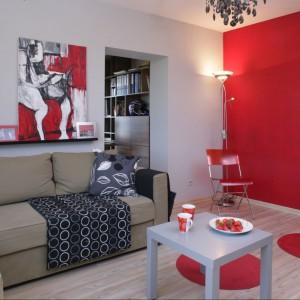 Proj. wnętrza Anna Gruner. Czerwony pojawia się na ścianie, ale także w dodatkach.