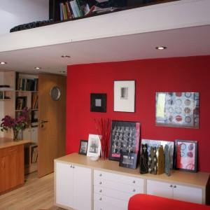 Czerwona ściana świetnie się sprawdzi w duecie z bielą, na której tle wypięknieje i nabierze soczystości. To świetny sposób na wyeksponowanie biało-czarnych grafik czy obrazów. Proj. wnętrza Anna Gruner.