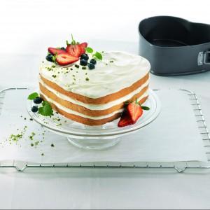 Tortownica do ciasta w kształcie serca. Antyprzywieralna powłoka i metalowy, odpinany zatrzask ułatwiają wyjmowanie gotowego wypieku. Wykonana z metalu 78 zł, Birkmann/QDecor.