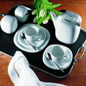Serwis kawowy Suomi z kolekcji Rosenthal Studio Line w białym kolorze. Subtelną ozdobę porcelany stanowią stalowe uchwyty. Projekt: Timo Sarpaneva. 95 zł/filiżanka do herbaty, 55 zł/spodek do filiżanki, 535 zł/dzbanek do kawy, Rosenthal.