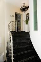 Projekt zrealizowany dla Kliniki Chirurgii Estetycznej  i Salonów Medycyny estetycznej La Perla w Warszawie. Czarny kolor, który dominuje we wnętrz w zestawieniu z kryształami dużą ilością luster nadaje charakter luksusu i bogactwa. Barokowy przepych skontrastowany jest prostymi formami mebli.