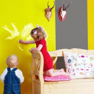 Ściana jest ulubioną przez małych artystów powierzchnią do rysowania. Dlatego musi być pomalowana farbą odporną na czyszczenie. Fot. Dekoral.