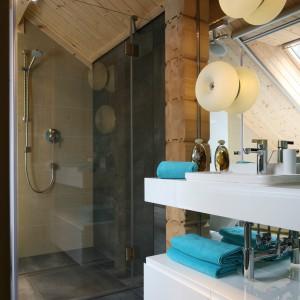 Szklany parawan prysznicowy nie dzieli przestrzeni i eksponuje ciekawe, bezbrodzikowe rozwiązanie kabiny. Fot. Bartosz Jarosz