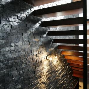 Kamień i drewno stanowią atrakcyjną i harmonijną kompozycję. Fot. Bartosz Jarosz.