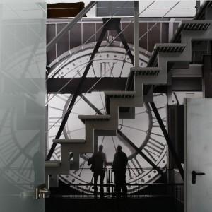 Kunsztownie wykonane, industrialne schody każą przysiąść z wrażenia… Fototapeta: Newmedia Art. Fototapeta Czas,  Fot. Marcin Onufryjuk.