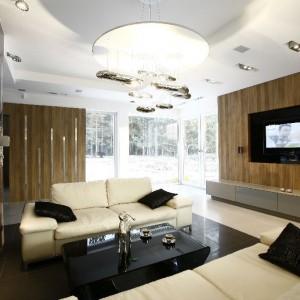 Tak zaprojektowany salon nie wymagał wielu mebli i dekoracyjnych przedmiotów, dlatego kolorystyka wyposażenia, została ograniczona tylko do dwóch barw: czerni i bieli.  Fot. Marcin Onufryjuk.