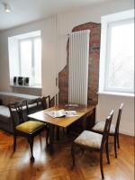 Stare wnętrza kamienicy w nowoczesnej odsłonie. Mieszkanie nawiązuje do loft'owych zamiłowań właściciela poprzez odkrycie oryginalnej cegły, pozostawienie widocznych instalacji, czy też murale Banksy'ego zdobiące każde pomieszczenie. Mimo nowoczesnej zabudowy oraz wyposażenia znalazło się również miejsce na pamiątkowe przedmioty i meble. Projekt wykonany z pomocą Eweliny Mąkosy, murale wykonała Barbara Tołubińska.