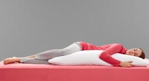 Śpisz na boku, plecach czy może na brzuchu? Sen każdego z nas jest sprawą indywidualną. Zadbajmy o odpowiedniu dobór i dopasowanie poduszki do pozycji w której najczęściej śpimy.