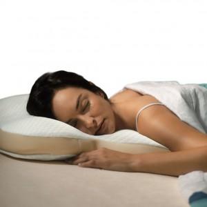 Ergonomiczna poduszka Ombracio dedykowana dla osób śpiących na brzuchu Specjalnie wyprofilowana poduszka zapewnia komfortowy sen.Fot. Tempur.com.