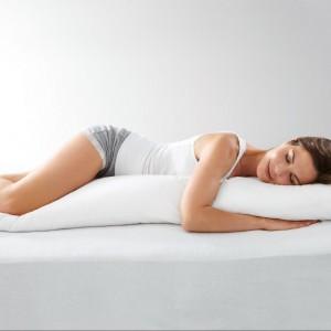 Poduszka dla osób śpiących na boku. Służy jako podpórka pod głowę oraz nogi. Cena 69,95 zł. Fot.Tchibo.