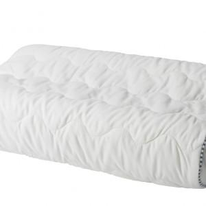 Poduszka 365+ FAST dopasowuje się do kształtu szyi dzięki wypełnieniu z pianki.nadaje się zarówno do wygodnego spania na plecach jak i na boku. Cena 49,99 zł. Fot.Ikea.