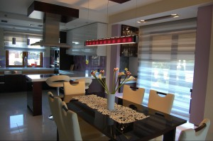Dom jednorodzinny w Hajnówce - kuchnia. Klasyczne wnętrza w naturalnych ciepłych kolorach, stworzone dla 4-osobowej rodziny.