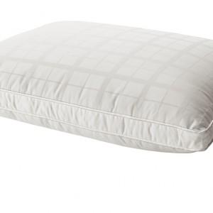 Poduszka JÄRNÖRT przeznaczona dla osób śpiących na brzuchu.Niska poduszka zmniejsza napięcie mięśni i zapewnia odpowiednią pozycję szyi.Fot.Ikea.