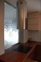 Dom jednorodzinny w Niewodnicy - kuchnia. Proste wnętrza utrzymane w naturalnych kolorach z dodatkiem szarości.