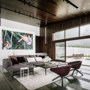 Część dzienna domu jest całkowicie otwarta - również w górę, bo imponuje wysokością sufitów. Fot. Fougeron Architecture.