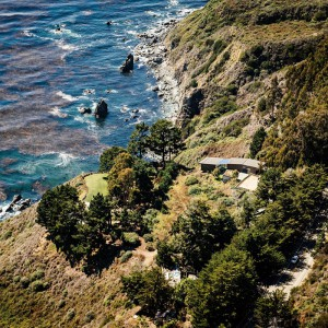 Dom widziany z góry idealnie wtapia się w krajobraz. Fot. Fougeron Architecture.