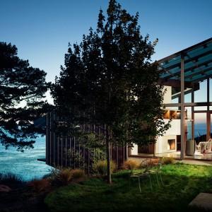 Widok domu o zmierzchu. Fot. Fougeron Architecture.