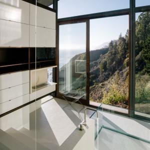 Przeszklona łazienka - kąpiel z widokami jak najbardziej dozwolona! Fot. Fougeron Architecture.
