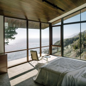 Jedna ze znajdujących się w domu sypialni. Takie widoki tylko w Kalifornii! Fot. Fougeron Architecture.