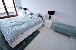 APARTAMENT 100 M/KW. W PODWARSZAWSKIM Józefosławiu. Zaprojektowany został w prostym, minimalistycznym stylu. Bazę większości pomieszczeń stanowi biel ścian i mebli,bielona podłoga ,skontrastowane z czernią i szarościami. Sypialnia rodziców- bardzo lekki,świeży nastrój zdefiniowany przez połączenie bieli z miętą .Funkcjonalna,pojemna szafa z frontami przesuwnymi z białego lacobelu.