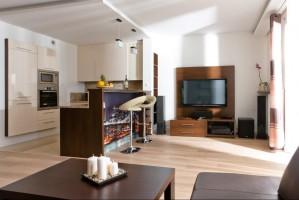 Projekt mieszkania o powierzchni 48 m2 w Warszawie. Kuchnia, jadalnia i salon tworzą  jedna otwartą przestrzeń.  Mimo ograniczonej  powierzchni, mieszkanie jest bardzo funkcjonalne. Nowoczesne bryły mebli w ciepłej kolorystyce tworzą wnętrze przytulne i komfortowe.