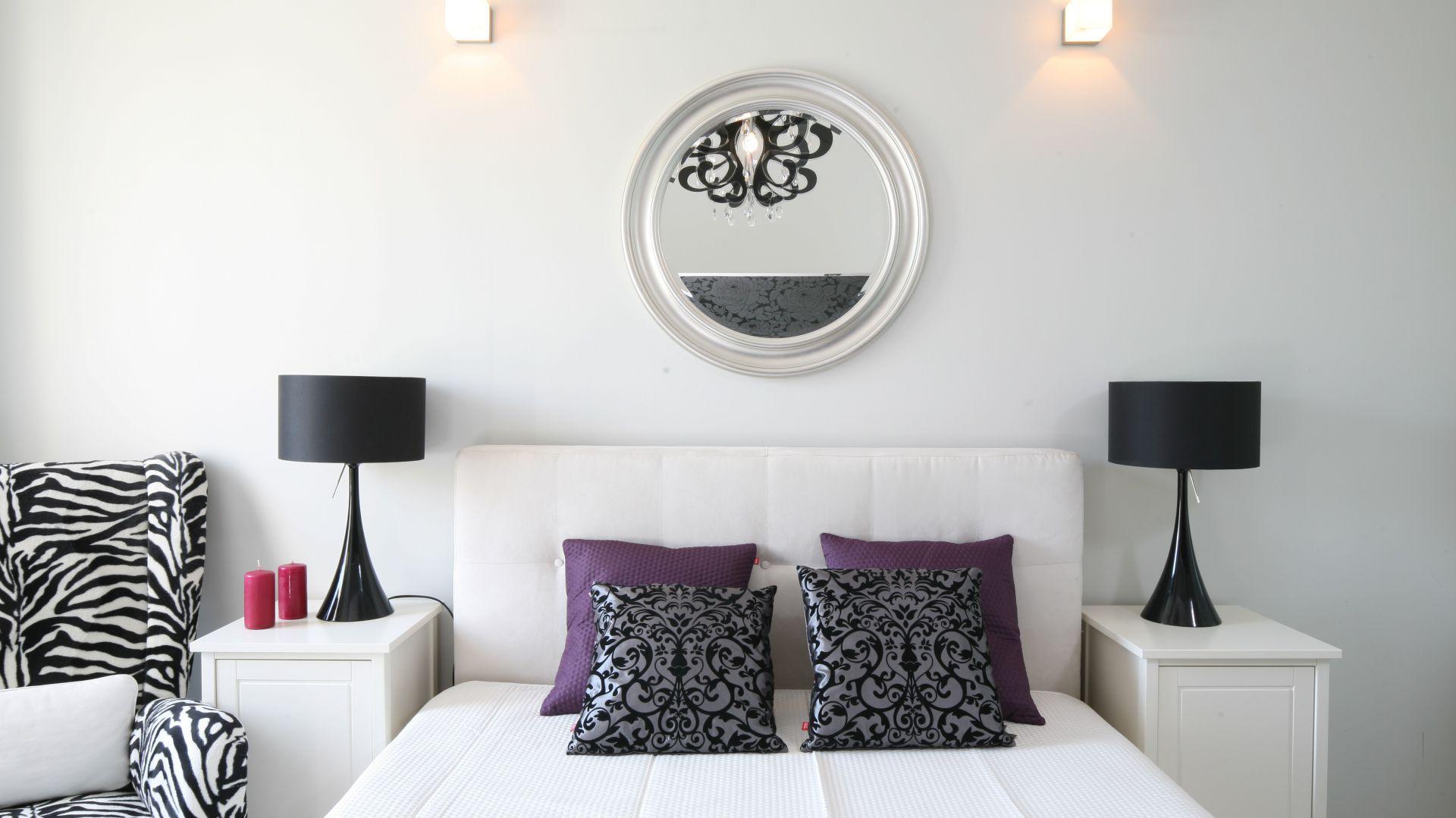Nad łóżkiem znajduje się okrągłe lustro w dekoracyjnej ramie. Proj.Małgorzata Galewska Fot. Bartosz Jarosz.