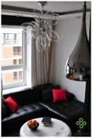 W salonie ważnym elementem dekoracyjnym są ciekawe lampy oraz bambus podświetlony od góry ukrytym oświetleniem.