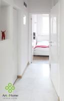 Mały przedpokój prowadzi do sypialni i łazienki. Cały w bieli wydaje się przestronniejszy, a dzięki marmurowi na podłodze i lakierowanym białym drzwiom – dyskretnie elegancki.
