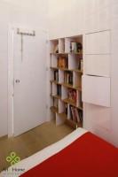 W sypialni, która pierwotnie mieściła kuchnię, naturalne wnęki starej kamienicy wykorzystano na schowki i regał na książki wykonane na zamówienie.