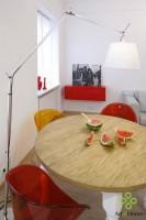 W salonie zmieścił się kąt jadalny ze stołem z drewnianym blatem, wykonanym na zamówienie, który rozkłada się do 3 m długości. Do stołu dobrano kolorowe plastikowe włoskie krzesła.