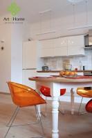 Nowoczesna kuchnia połączona z salonem została bardzo delikatnie podstylizowana delikatnymi sztukateriami na ścianach i dekoracyjnymi toczonymi nogami stołu wykonanego na zamówienie.