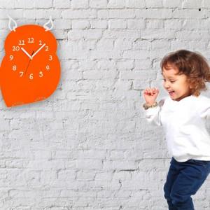 Zegar ścienny Sówka wykonany z plexiglasu w soczystym pomarańczowym kolorze. Dzięki czytelnemu cyferblatowi każdy maluch z łatwością odczyta dokładną godzinę. Cena: 150 zł, sprzedaż: I Hate Design.