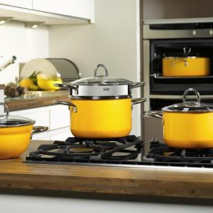 Naczynia z serii Crazy Yellow o żywej, dynamicznej barwie. Dzięki zastosowaniu materiałuSilargan®, który nie zawiera niklu i jest antybakteryjny, idealnie nadają się do zdrowego gotowania. Posiadają szklane pokrywy oraz metalowe, nienagrzewające się uchwyty. Na wszystkie rodzaje kuchenek. 495 zł (pojemność: 1,34 l, średnica: 16 cm), 565 zł (pojemność: 2,4 l, średnica: 20 cm), 615 zł (pojemność: 4,4 l,  średnica: 24 cm), Silit.