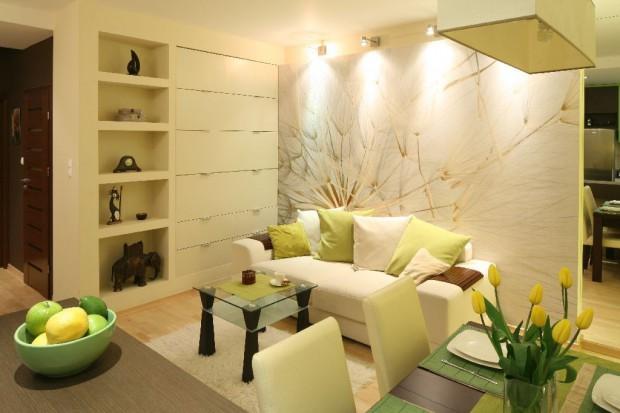 Szukasz pomysłu na ciekawy i nietuzinkowy pokój? Spróbuj, jak właścicielka tego mieszkania, postawić na niebanalną tapetę i zobacz, jak może ożywić nawet zupełnie przeciętne mieszkanie.