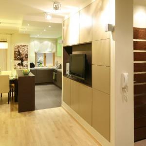 Przestrzeń mieszkania jest otwarta - kuchnia w postaci aneksu, jadalnia i część wypoczynkowa tworzą wspólną całość. Fot. Bartosz Jarosz.