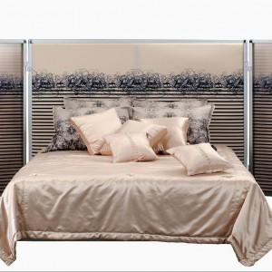 Łóżko z parawanem to kolejny z oryginalnych projektów Jeana Paula Gaultiera. Aluminiowa struktura z chromowanymi  elementami ozdobiona została charakterystycznym wzorem pasków i kaligrafii, obecnym także na innych tkaninach z kolekcji Roche Bobois. Fot. Roche Bobois.